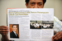 صديق إندونيسي لأوباما يقرأ خبراً عنه في مجلّة إندونيسيّة أمس (أديك بيري ـــ أ ف ب)