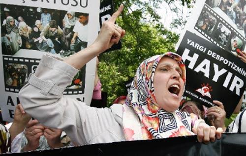تتظاهر ضدّ حكم المحكمة بحظر ارتداء الحجاب في الجامعات (برهان أوزبيليشي ـــ أ ب)