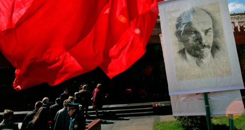 شيوعيّون روس يحيون ذكرى ميلاد لينين في الساحة الحمراء في نيسان الماضي (إيفان سكريتاريف ـــ أ ب)