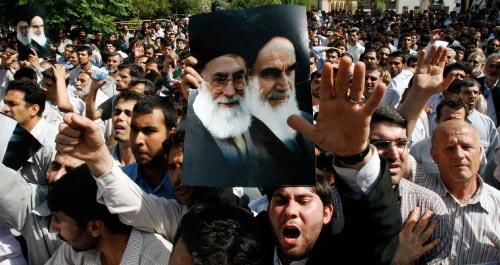 إيرانيّون يحملون صور الخميني وخامنئي في طهران الأسبوع الماضي (وحيد سالمي ـــ أ ب)