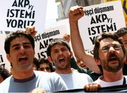 أعضاء من الحزب الشيوعي التركي يرفعون لافتات: «لا نريد العدالة والتنمية عدوّ العمّال»(سركان سنتورك ـــ أ ب)