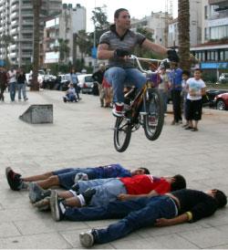 الدراجة الهوائية أو النارية للفت الأنظار وركوب المخاطر (مروان بو حيدر، مروان طحطح)