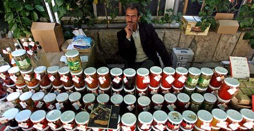 يعرض منتجاته في شارع الحمراء (مروان طحطح)