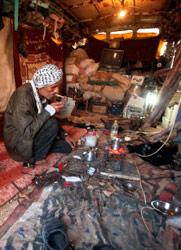 فلسطيني في خيمته بعد زوال منزله في جباليا (محمد سالم ــ رويترز)