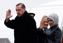 الزوج أردوغان في طريقهما إلى موسكو الشهر الماضي (أوميت بكتاش ـــ رويترز)