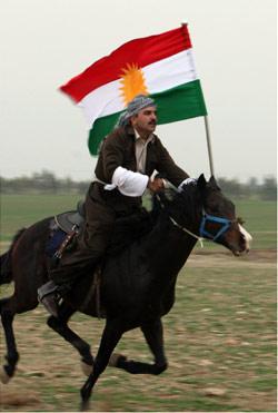 يحمل العلم الكردي خلال احتفال زفاف تقليدي في أربيل (صفين أحمد - أ ف ب)