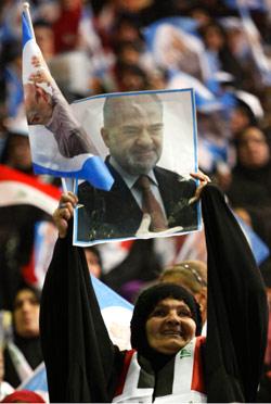 عراقية ترفع صورة الجعفري خلال مهرجان انتخابي لـ «ا لائتلاف الوطني العراقي» (هادي ميزبان - أ ب)