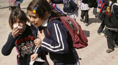 تلميذات يغطين وجوههن من الغاز المسيل للدموع في الخليل أمس (حازم بادر ــ أ ف ب)