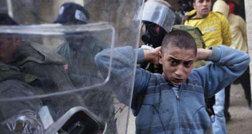 الشرطة الإسرائيلية تعتقل فلسطينياً بعد مواجهات في القدس المحتلة أمس (أ ف ب)