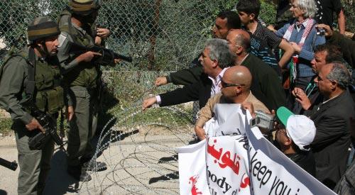 متظاهرون في الضفة الغربية في الذكرى السابعة لمقتل الناشطة الأميركية رايتشل كوري (موسى الشاعر ـ أ ف ب)