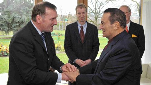 مبارك يصافح طبيبه قبل عودته إلى مصر السبت الماضي