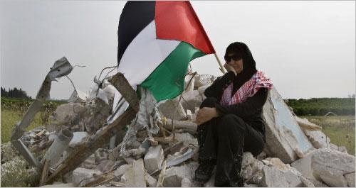 فلسطينية تستريح بعد مشاركتها في «مسيرة العودة» التي نظمها فلسطينو 48 أمس (أحمد غرابلي - أ ف ب)