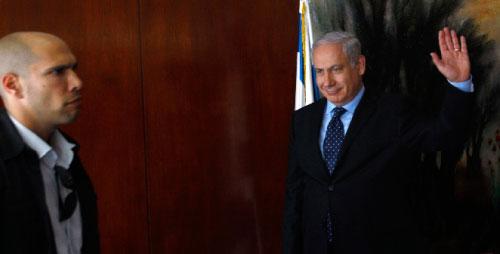 نتنياهو بعد مؤتمر صحافي في القدس المحتلة أمس (رونين زولين ــ رويترز)