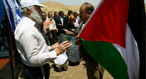 مواجهة فلسطينية إسرائيلية قرب بلدة طوباس في الضفة الغربية أمس (محمد بالاس ــ أ ب)