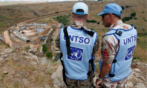 مراقبان دوليان على ضفاف نهر الوزّاني الحدودي بين لبنان وفلسطين (حسين ملا ـــ أ ب)