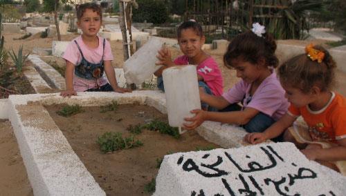 ترطيب القبور بات أحد ألعاب الأطفال (الأخبار)