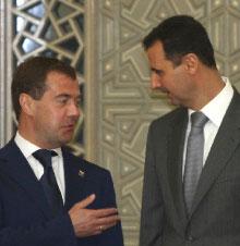 الأسد ومدفيديف قبيل مؤتمرهما الصحافي المشترك في دمشق أمس (خالد الحريري - رويترز)