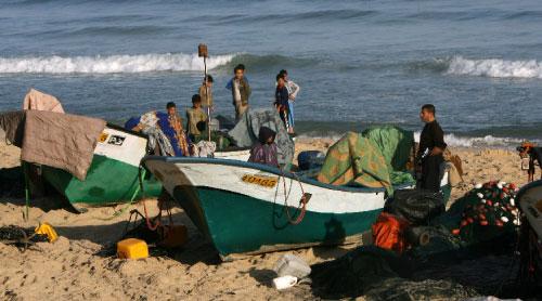 صيادون يتجمعون عند رفح بعد اغتيال زميلهم أمس (سعيد خطيب ــ أ ف ب)
