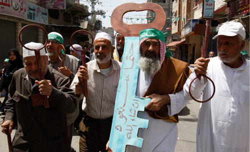 فلسطينيون يحملون مفاتيح العودة خلال تظاهرة في غزة أمس (حاتم موسى ـ أ ب)