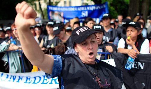 عمال يطلقون هتافات معادية للحكومة في بوخارست أول من أمس (سيغيتي رادو - رويترز)