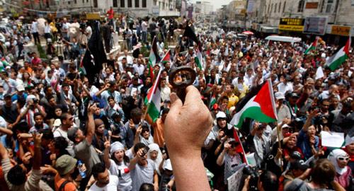 فلسطينيون يحيون ذكرى النكبة في رام الله أمس (محمد تركمان - رويترز)