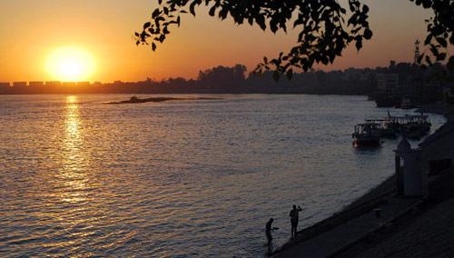غروب الشمس على نهر النيل في مدينة أصوان المصرية (أمجد فؤاد - أ ف ب)