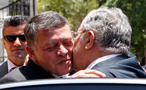 الملك الأردني مرحباً بالرئيس العراقي في عمان أمس (علي جاركجي ـ رويترز)