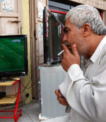 يشاهد مباراة كأس العالم في متجر لبيع الأدوات الكهربائية في غزة أول من أمس (بيتاراكيس ـ أ ب)