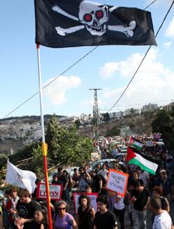 متظاهرون يحتجون على مخططات هدم المنازل في حي سلوان الشهر الماضي (غالي تيبون - أ ف ب)