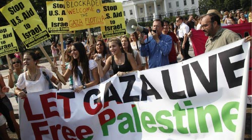 محتجون ضد حصار غزة أمام البيت الأبيض أمس (شارل داراباك - أب)