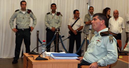 أشكينازي ماثلاً أمام لجنة «تيركل» أمس (غالي تيبون - أ ف ب)