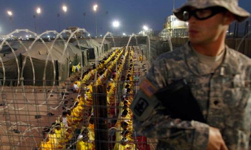 جندي أميركي يحرس سجن بوكا الذي سيصبح مركزاً تجارياً (أرشيف ــ أ ب)