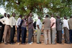 ينتظرون دورهم للحصول على فرصة المشاركة في الاستفتاء (أ ف ب)