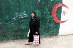 جزائرية في أحد أحياء العاصمة (أ ب)