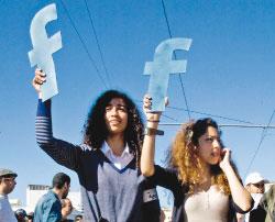 متظاهرتان في الرباط امس (آدم تانر ــ رويترز)