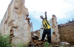 سوداني يقف بين ركام احد المنازل في منطقة جنوب كردفان الشهر الماضي (أشرف شاذلي ــ أ ف ب)