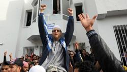 السلفيون خلال اعتصامهم في الجامعة التونسية أمس (فتحي البيلاد ــ أ ف ب)