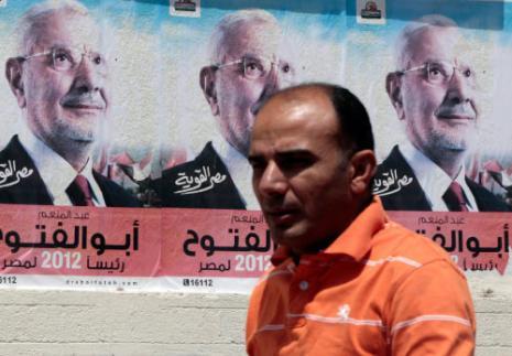 يمر من أمام مصلقات لأبو الفتوح في القاهرة (عمر عبدالله دلش ـ رويترز)
