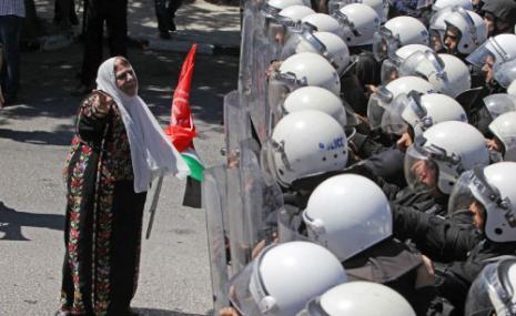 برامج مكافحة «التمرد»، أي المقاومة، ارتبطت ارتباطاً وثيقاً بخطة سلام فياض (عباس موماني ــ أ ف ب)