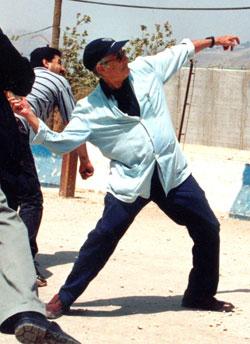 ادوارد سعيد رامياً الحجارة على الجنود الاسرائيليين عند قرية كفركلا اللبنانية الحدودية عام 2000