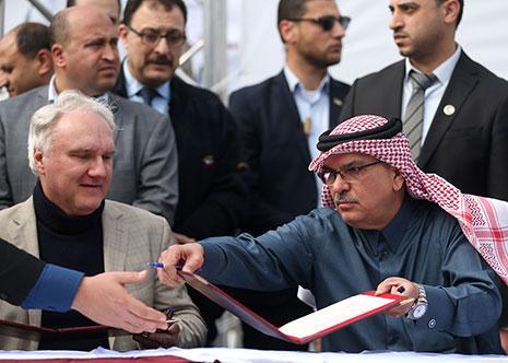 شهّر الإعلام السعودي والإماراتي بالعمادي بعناوين مثل «طرد السفير القطري ورشقه بالأحذية» (أ ف ب)