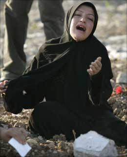 لبنانية تنتحب على قبر شقيق لها استشهد في العدوان في صريفا أمس (أ ب)