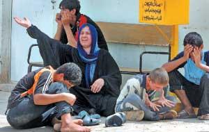 أم عراقية، مع أولادها، تنتحب بعد مقتل ابنها وسام (13عاما) في الهجمات على