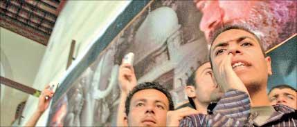 مصريون من «الاخوان المسلمين» يتظاهرون دعماً لحركة «حماس» في القاهرة أمس (اي بي أ)