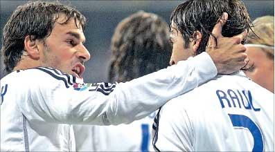 راوول غونزاليس ورود فان نيستلروي مسجلا هدفي ريال مدريد يحتفلان بتسجيل الاول في مرمى برشلونة (أ ب)