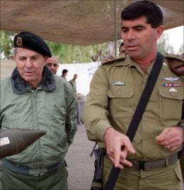 اشكنازي وانطوان لحد في جنوب لبنان في العام 1999 (أرشيف - أ ب)
