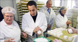 ساركوزي يزور مصنعاً للجبنة في شافينيول في منطقة شير وسط فرنسا أمس (أ ف ب)