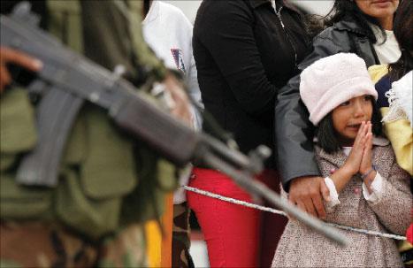 طفلة تبكي لدى استقبال والدها العائد من الكونغو الديموقراطية في غواتيمالا أمس (أ ف ب)