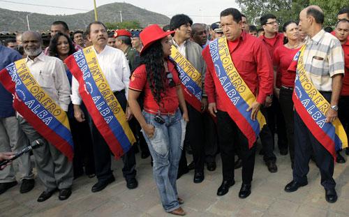 تشافيز ورؤساء هاييتي ونيكاراغوا وبوليفيا ونائب الرئيس الموبي في ختام مؤتمر «الألبا» في فنزويلا أمس (خوان باريتو - أ ف ب)