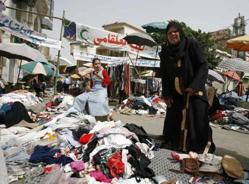 ملصقات للحزب الوطني في أحد الأسواق الشعبية في القاهرة أمس (ستيف كريسب - رويترز)